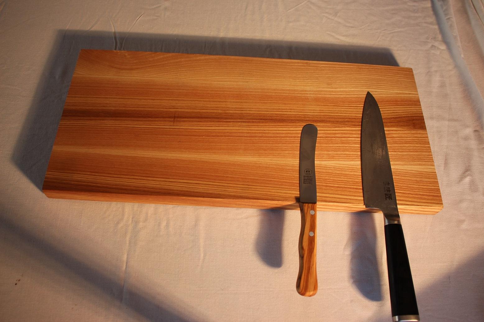 Auf dem Bild Magnetisches Eschebrett für 5 Messer Maße : 49 x 22,5 x 2,5 cm029